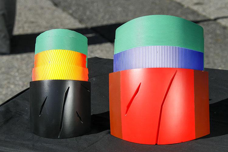 新タイヤの内部構造。フロントタイヤはバンク時のコード張力を高める新製法を採用して、軽快性と旋回時の手ごたえを両立。リアはベルトの張力分布を均一化したことで特に中間バンク時の接地圧分布を安定させている