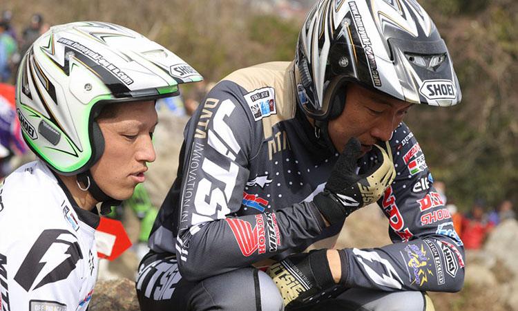 セクションを見ながらアシスタントの田中選手と相談中の小川友幸選手