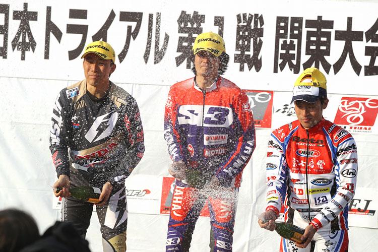 開幕表彰台。小川毅士選手は久々の3位表彰台