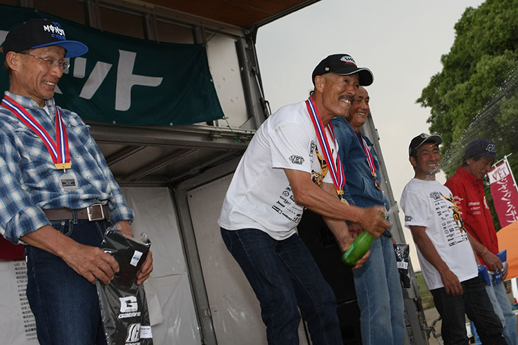 VET+60クラス優勝の伊田井佐夫さん、イベントスーパーバイザーとしてお手伝いにも奮闘。前日61歳になり、今夜は仲間と誕生会全開