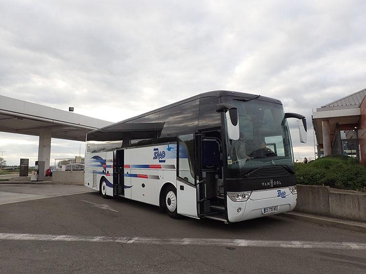 道祖神としては珍しいバスでの旅行です