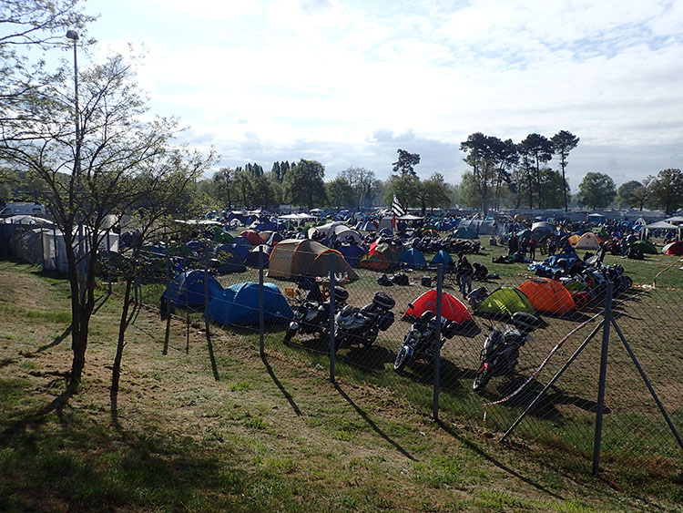 サーキットの周囲はキャンプ・エリアが広がる