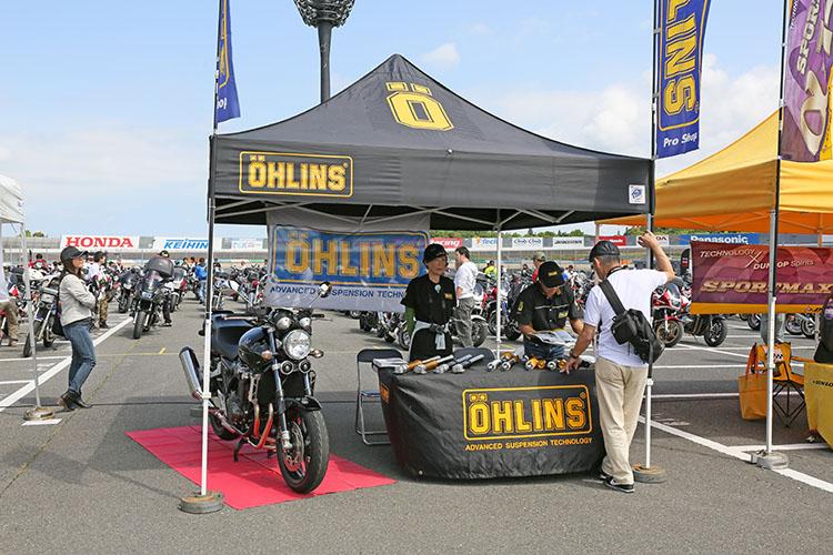 レースシーンでも活躍する高性能サスペンションメーカー、オーリンズのテント