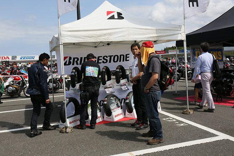 GPシーンでも活躍するブリヂストンモーターサイクルタイヤのテント
