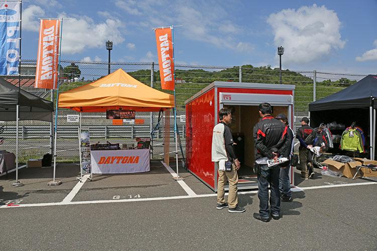 様々なオリジナルパーツ、バイク用ガレージなどを扱うデイトナのテント