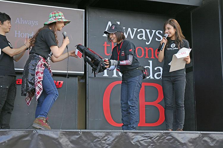 一本橋チャレンジで女性最長15秒27というタイムで表彰された「イモト」さん。総合優勝は「マツモト」さん男性、20秒10と驚異的なタイムを記録した