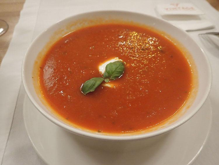 トマトスープも濃厚で奥ゆかしい。イタリアとは全然違う味