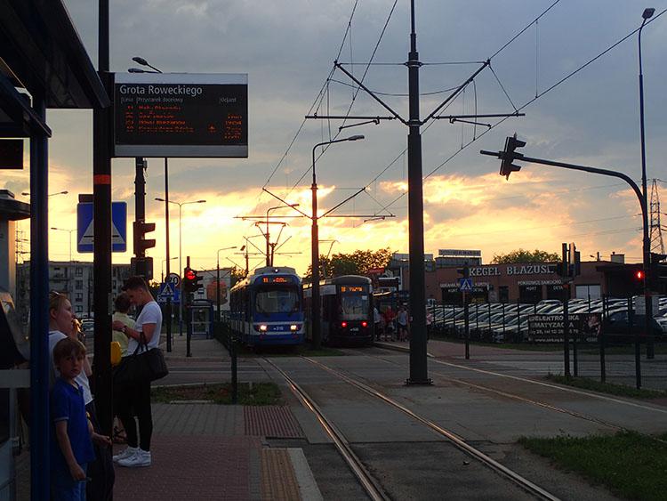 18ホテルから市内までは路面電車で