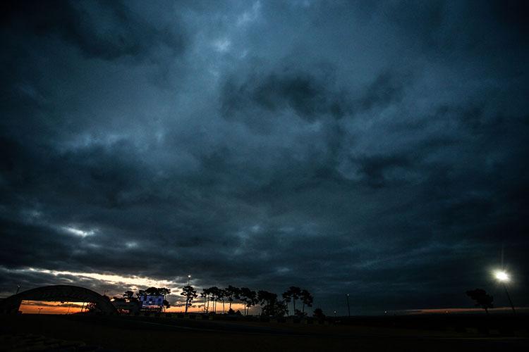 東の空が明るくなる。やがて夜が明ける。サーキットにマシンの咆哮が途絶えることはない