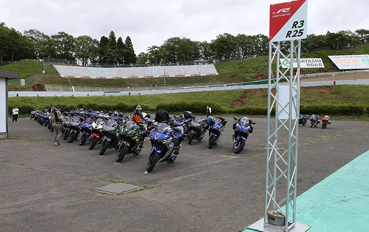 パドック内に設けられた参加者の為の駐輪エリアは車種ごとに分けて設置され、R1のエリアはさすがに当日の参加最多数