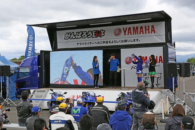特設ステージでヤマハレースクイーンの宮内ひかるちゃんと、菅生レースクイーンの及川 真珠(まなみ)ちゃんを交えてチャリティー・オークションが催された