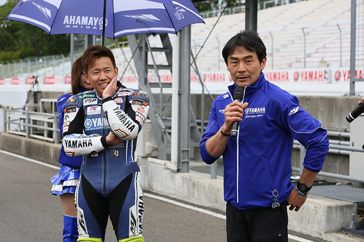 デモ走行を前にインタビューを受ける中須賀選手と吉川監督