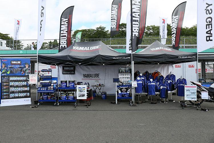 ヤマハのレーシングアパレルや用品、2017年モデルなどを展示するワイズギアのテント