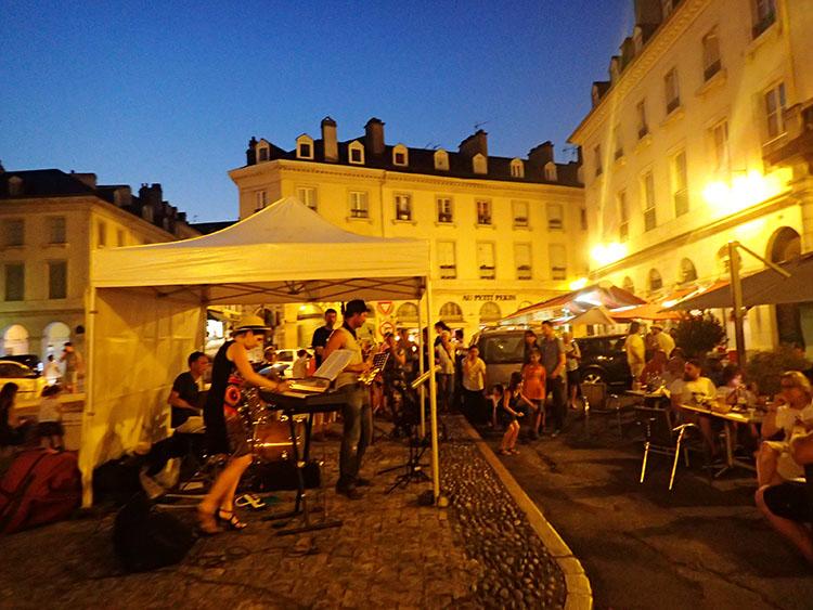フランスのポーでは音楽フェスをやってました