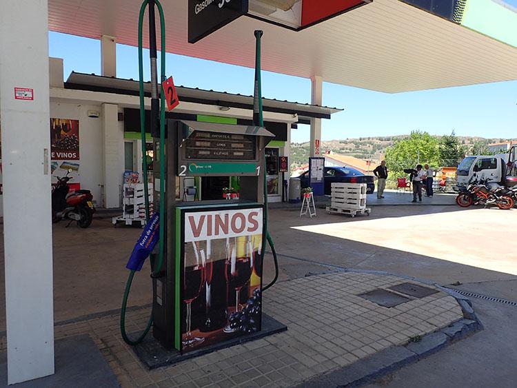14 VINO=ワイン。このガソリンスタンドはポンプからワインが出る