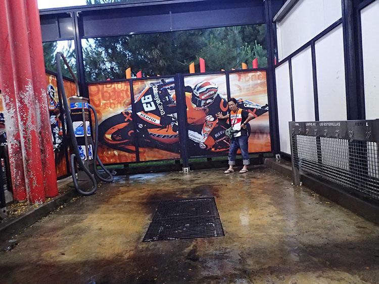 ガソリンスタンドの洗車場です。やっぱりレプソル!