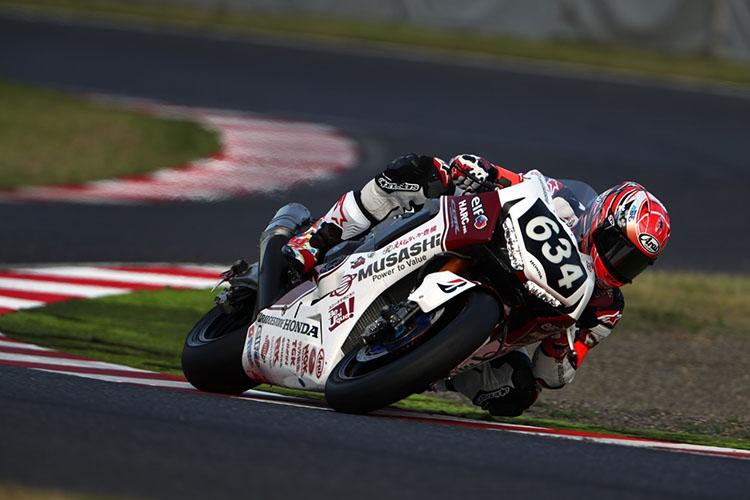 Moto2で活躍する中上貴晶(#634 MuSASHi RT HARC-PRO. Honda)が初めて8耐を走った。しかし71周目のヘヤピンでフロントから転倒、順位を4位に落とす