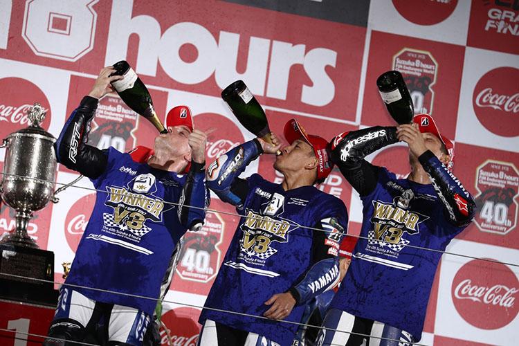 8耐3連覇のTシャツを着てシャンパン飲み干す、中須賀克行/アレックス・ローズ/マイケル・ファン・デル・マーク(#21 YAMAHA FACTORY RACING TEAM)