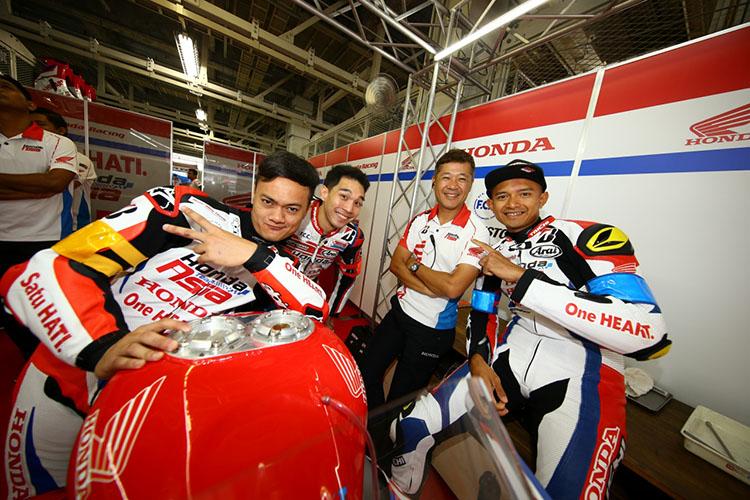 仲の良さをみせるSatu HATI Honda Team Asiaの監督は玉田誠選手(右から2番目)