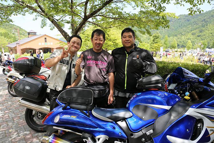矢野秀信(ヤノ ヒデノブ)さん(写真右)とお友達
