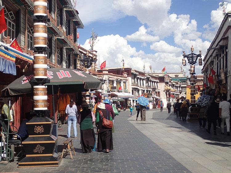 2ラサ中心部はチベット風の建物が並ぶ