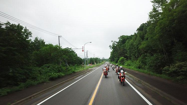 さあ、3日間の始まり。まずはコンボイで留寿都まで移動する。アフリカツイン独特の音に包まれながら一団は移動する。気温19度、かろうじて雨は上がっているが、路面はセミウエットな状況だ