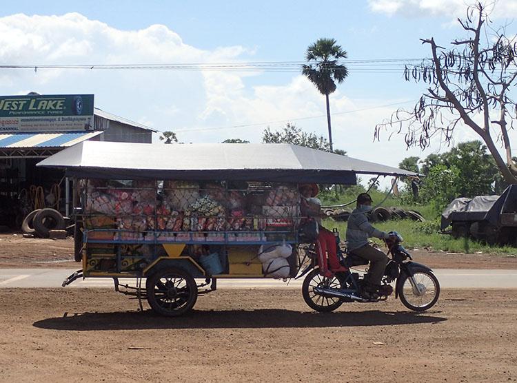 8カンボジアのバイクは力持ちだ