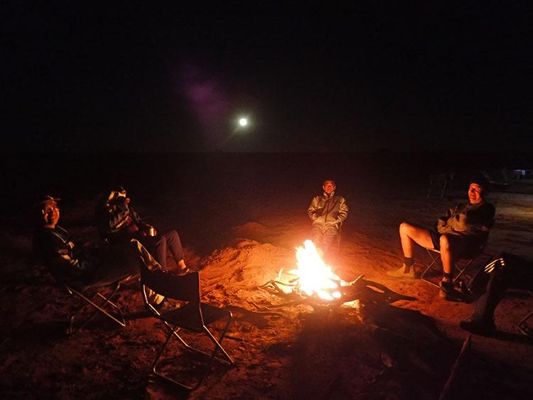 12焚火を囲んでると月が昇ってきた