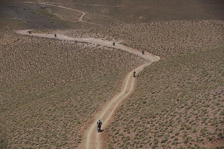 アトラス山脈を越えて南部へ。次第にに乾燥したサハラの大地に