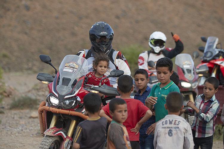 どこに行ってもライダーは子供たちに大人気だ