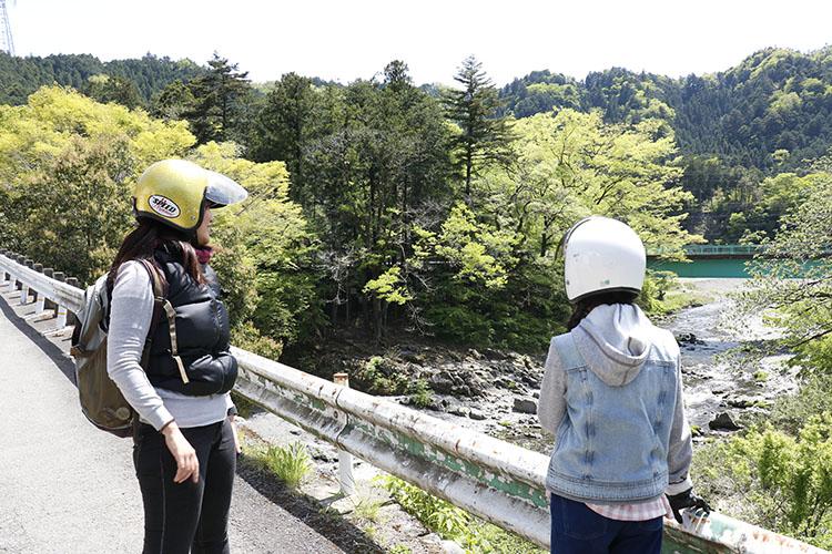 多摩川の支流、秋川沿いにある都道33号『上野原あきる野線』を進んで行くと、美しい山々の緑に囲まれた秋川渓谷へ。出発からわずか1時間ちょっと