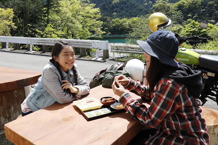 秋川渓谷を望む最高のロケーション! 大自然の風景を眺めながら田楽やこんにゃくそばなどを楽しめるスペースあり。こんにゃくメニューを楽しみました!!