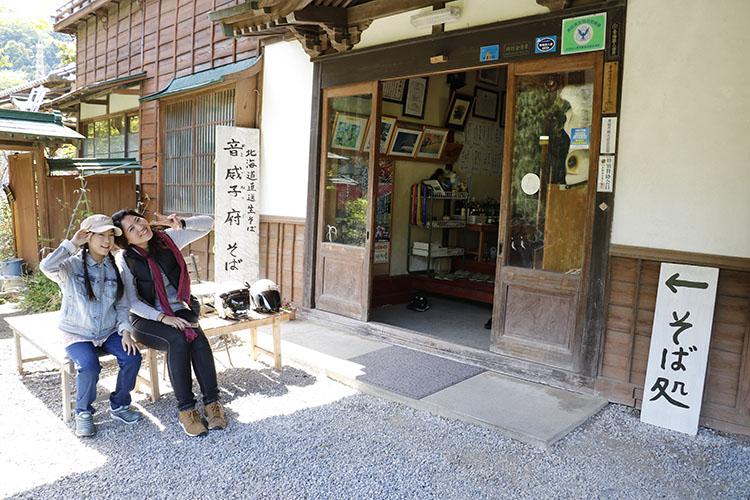 『ぎん鈴旅館』はそば処があり『音威子府そば』を食べられることでも知られている。入り口前には並ぶ人のための椅子が並んでいて、人気店であることがわかる