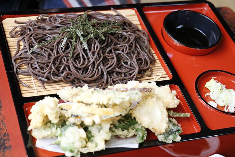 コチラが一番人気の『ざる天ぷらそば』。麺は北海道から直送された本場モノだ。盛り付けも豪華だけど、ボリュームもしっかりあって食べ応えあり