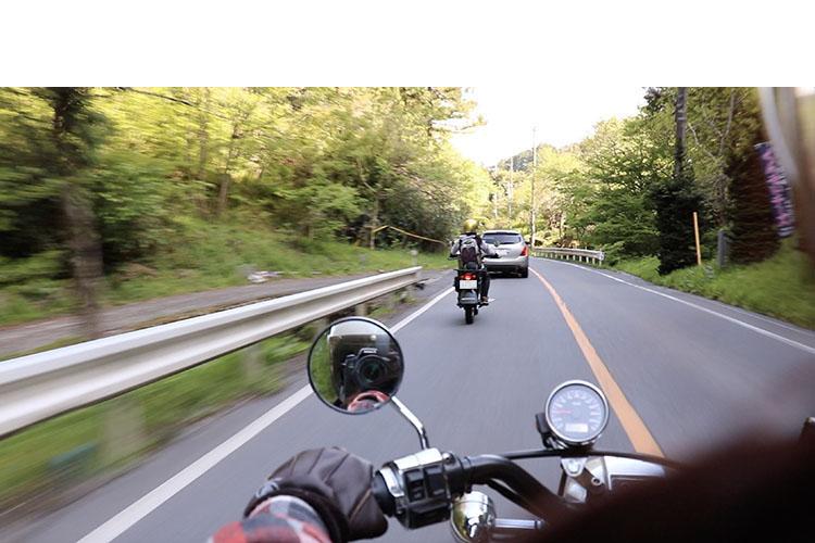 都道45号『吉野街道』から、都道238号大久野青梅線へ。緩やかに曲がりくねった山道を進む。ちなみに写真は後部座席からムスメが撮影。結構ツラかったけど頑張った、とのこと