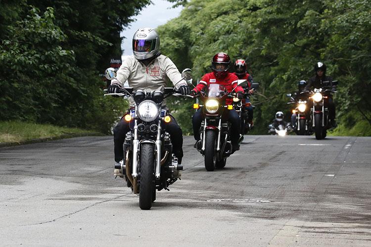 「富士スピードウェイ」内にあるミーティング会場のジムカーナコースへと向かってくるCBオーナー達