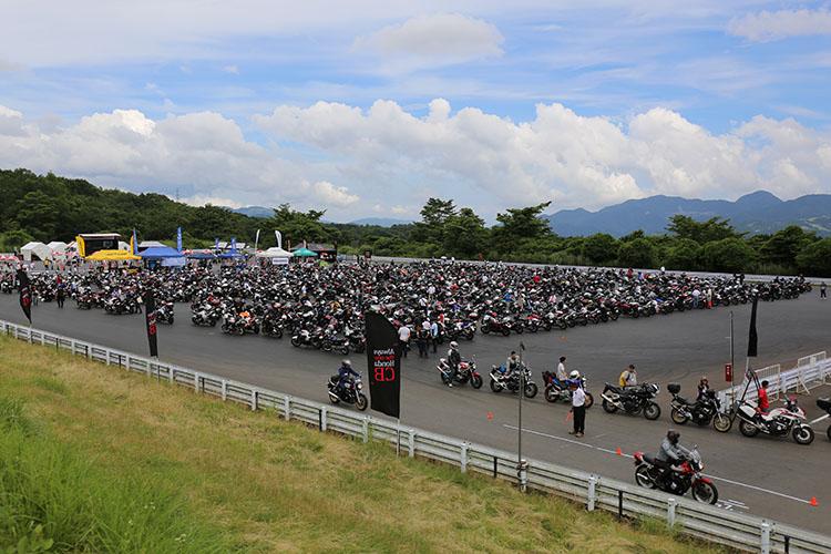 広大な「富士スピードウェイ」の本コースグランドスタンド裏にあるジムカーナコースに準備された会場を埋め尽くすCB