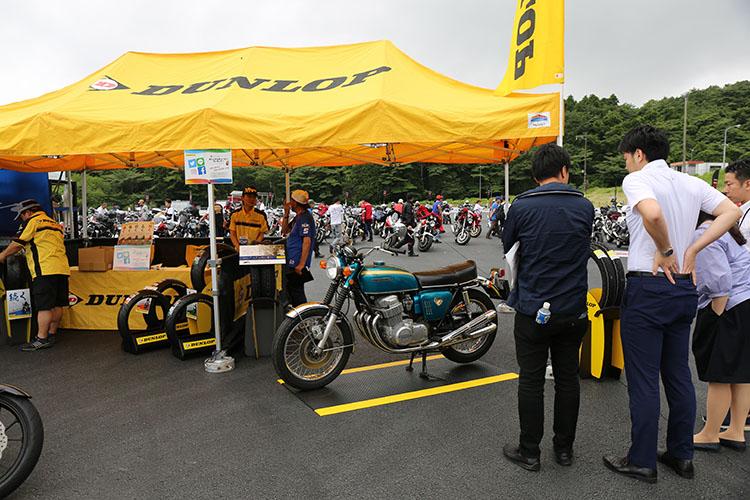 オートバイにとって重要な走行イクイップメント、高性能タイヤを供給するダンロップのテント