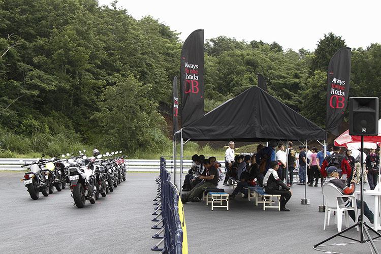 試乗会場のテント横に整列されたマシンはピカピカの今年度モデル