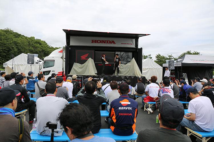 オープニングステージには中野氏と下川原さんが立ち、その脇には白いカバーの掛かったマシンが置かれていた
