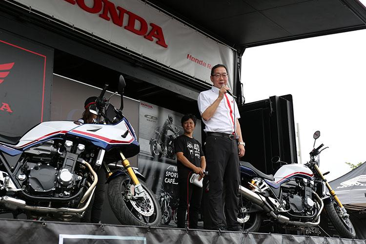 加藤社長の開会の挨拶と共に左右のマシンに掛けられていたカバーが取られブルーに輝くSB1300 SPが現れた