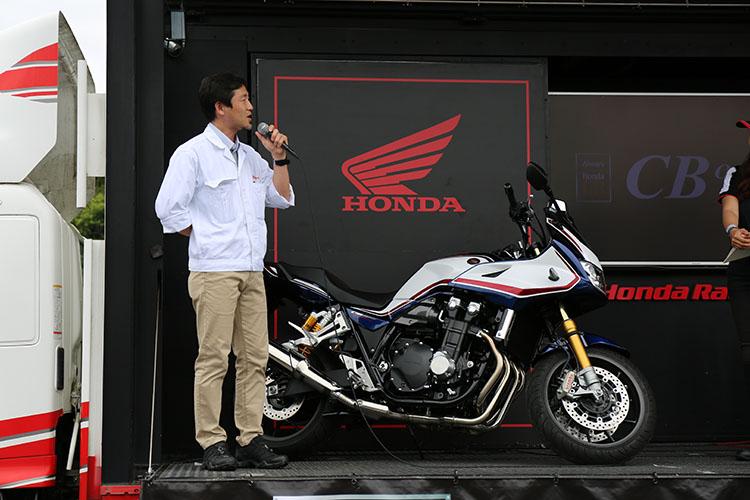 ステージ上でお披露目されたCB1300 SPの開発コンセプトを説明する本田技術研究所 CB1300SP開発LPL(ラージ・プロジェクト・リーダー)の谷口氏