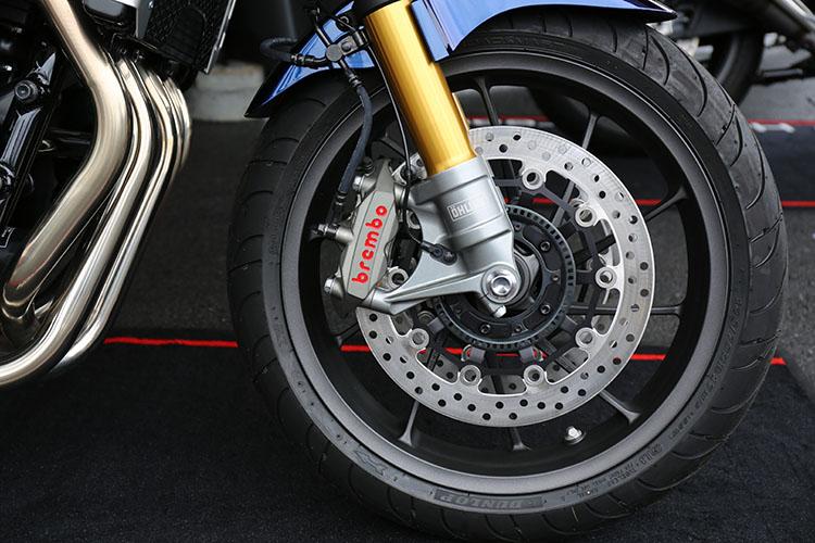 CB1300 SPに搭載されているゴールドに輝くオーリンズ製正立フロントフォークとブレンボ製ラジアルマウントブレーキキャリパー