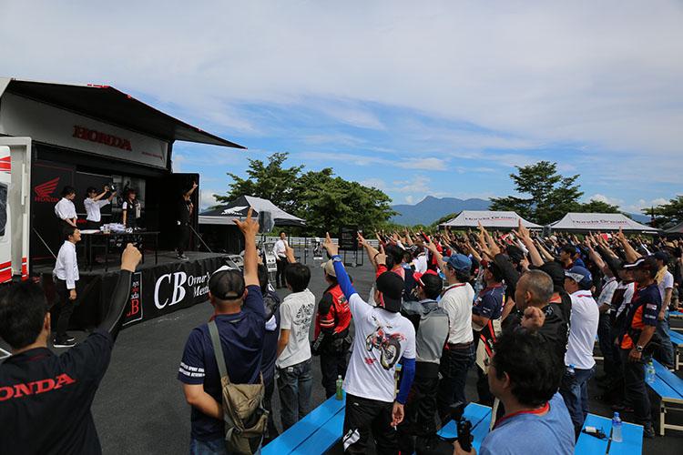 主催者、協賛会社から提供されたライダーにとって魅力的な賞品をゲットしようと、力一杯の拳を掲げる参加者達