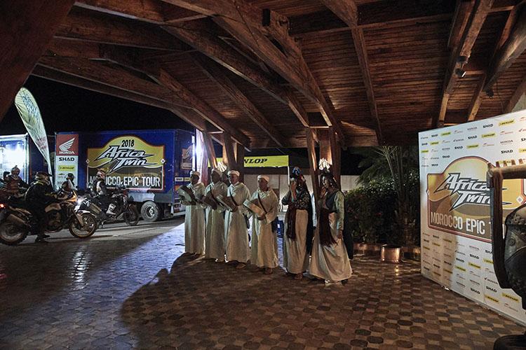 2日目の夜。ホテルに到着すると民族音楽のお出迎えがうれしい