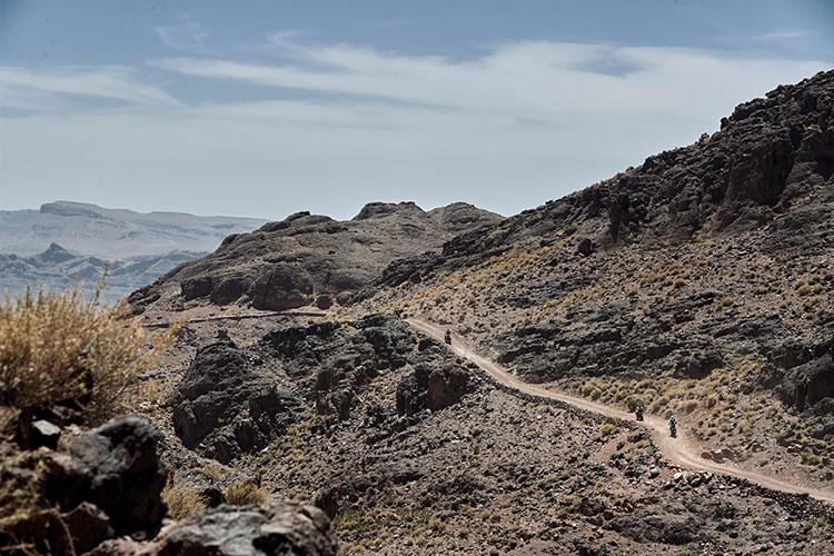 延々と続く岩山のトレイルはタフそのもの。CRF1000Lのハンドリングと粘り強いエンジンに助けられた
