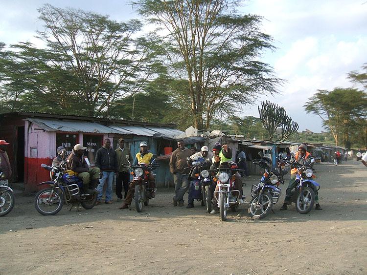 4バイクタクシー、客待ち中!