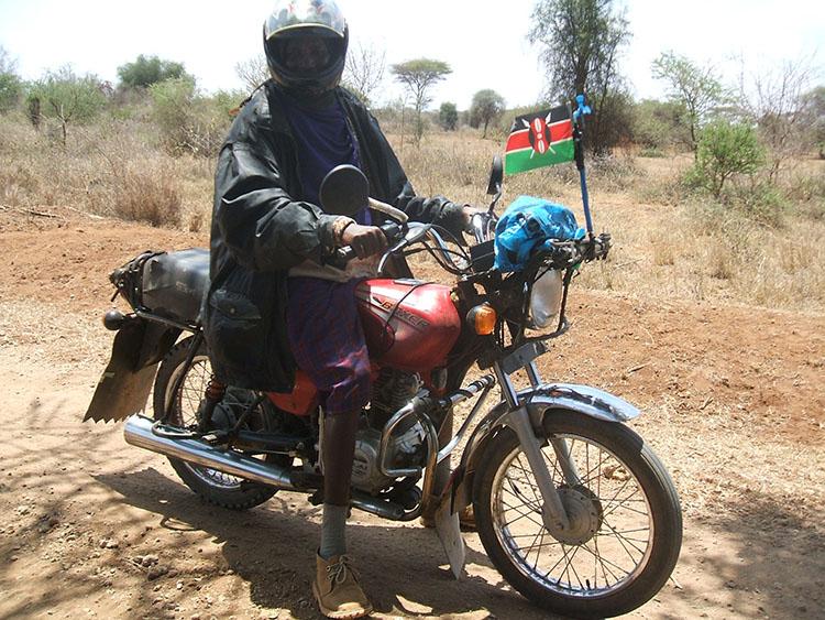 6マサイもバイクに乗る。スマホでFBもする