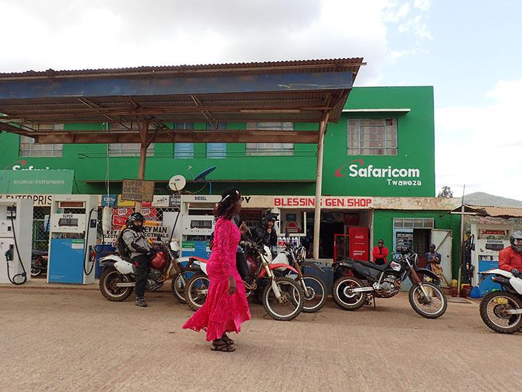13ガソリンスタンドは人間ウォッチングの場