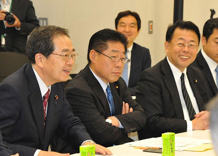 危機感を募らせる北側一雄公明党副代表(中央)、斉藤鉄夫前同税調会長(左)、西田実仁税調会長(右)